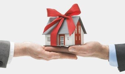 Можно ли подарить квартиру с прописанными людьми