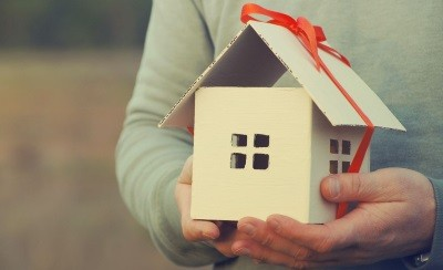 Дарственная на квартиру: плюсы и минусы оформления договора дарения на недвижимость