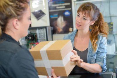 Изображение - Как вернуть купленный товар обратно в магазин prodavec_nastaivaet_na_obmene_1_10055022-400x267